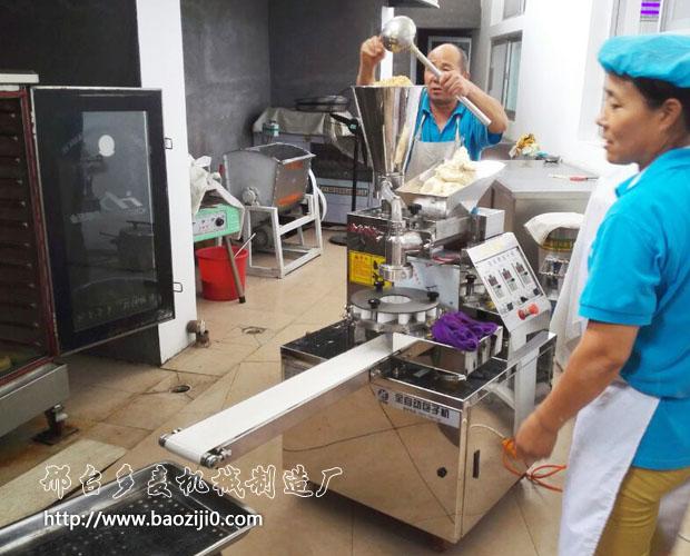 全自动包子机加入馅料和面团开始生产包子